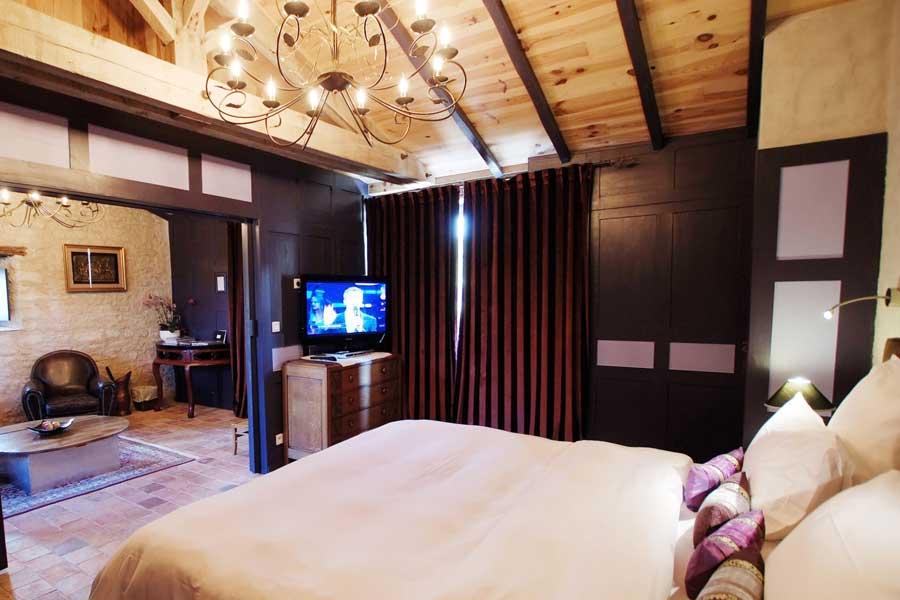 Chambre avec lit king size et jacuzzi balnéo privatif