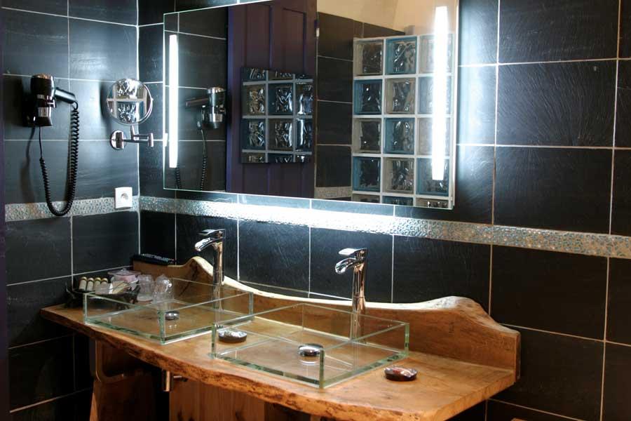 Salle de bain avec jacuzzi et douche à l'italienne hydromassante